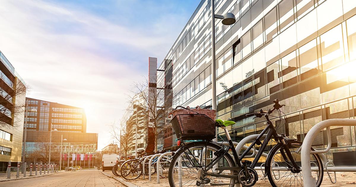 Vélos en bas des bureaux