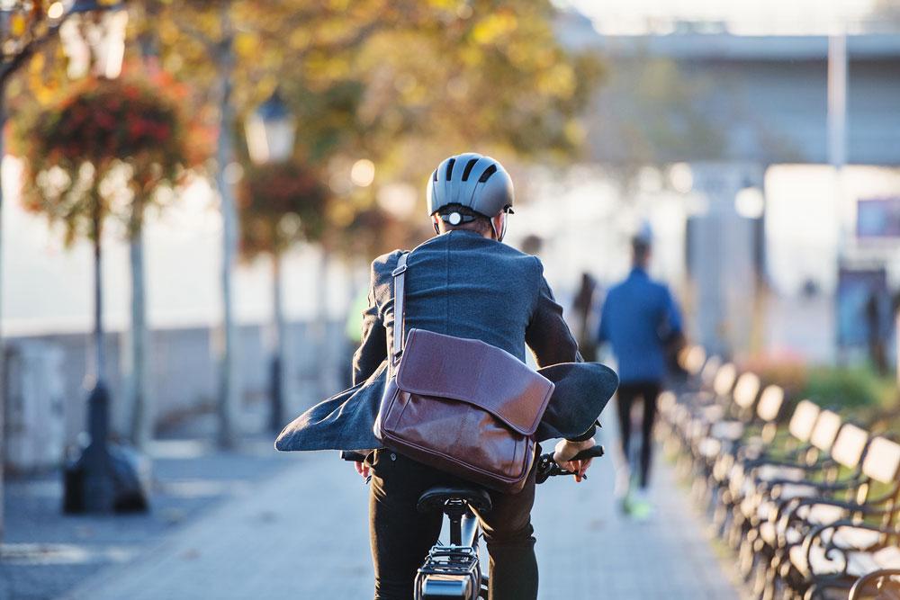 Homme sur vélo avec soleil