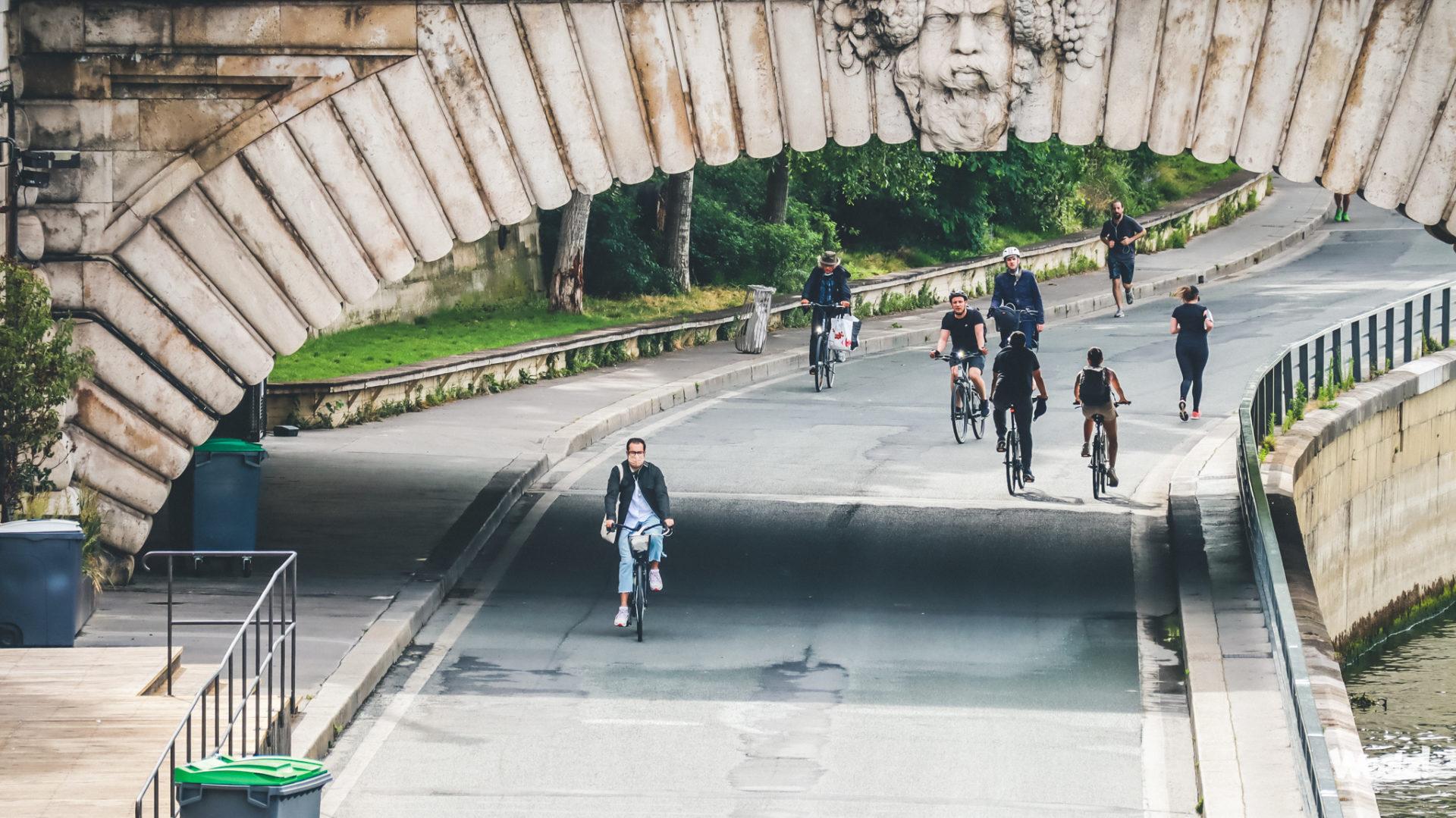 Des personnes sur leur vélo